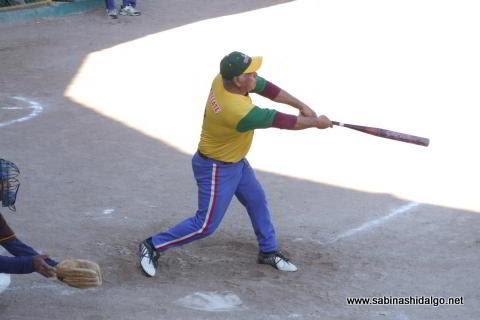 Benito Pérez de Insulinos bateando en el softbol de veteranos