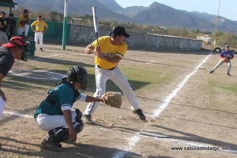Pablo Omar Buentello de Piratas en el softbol sabatino
