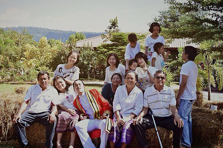 หนุ่มแบงค์และครอบครัวถ่ายภาพที่ระลึกเมื่อครั้งจบการศึกษา