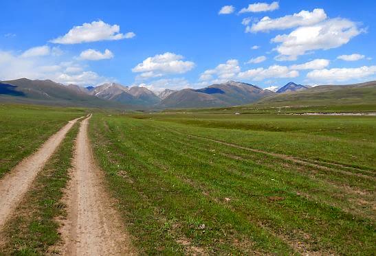 Feldweg-Piste im Tal des Kara-Kudzhur (Kara-gudzhir, Kara-Gudzhur, Kara-gujir, Kara-Khodzhur', Karakudzhur, Karakujur, Кара-Куджур), Kirgistan