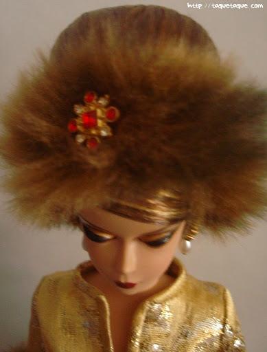 Barbie Silkstone Je ne sais quoi: vista del broche que adorna el tocado