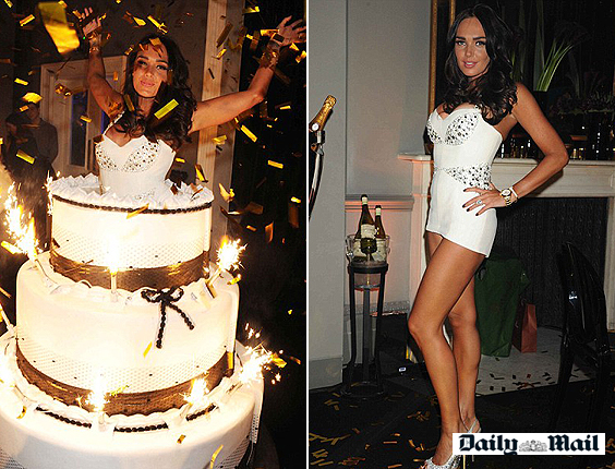 namorada saindo do bolo no aniversário do namorado
