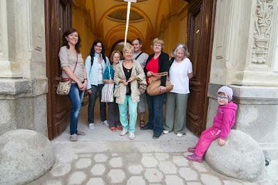 Výletníci pózují u vchodu