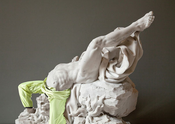 Класически скулптори облечени в съвременни дрехи
