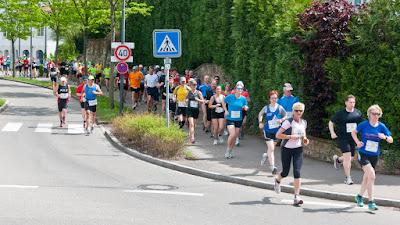 Die Läufer beim Halbmarathon kurz nach dem Start