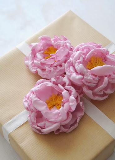 Embalagem de presente com flor de tecido