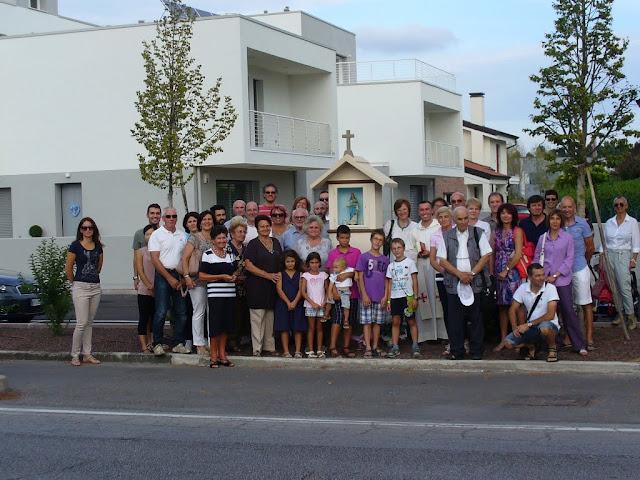 Foto di gruppo dopo la benedizione della statuetta e del capitello