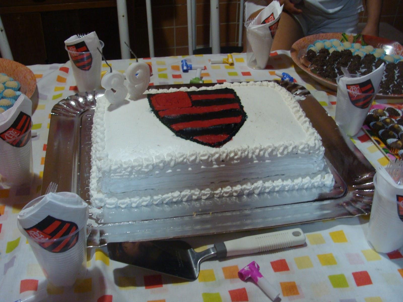7615c70b6b Meu marido fez aniversário no Domingo de Carnaval e eu preparei este bolo  do Flamengo pra ele. Como não encontrei o papel de arroz do Flamengo