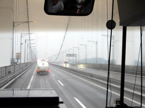 西鉄高速バス「さぬきエクスプレス福岡号」 雨の瀬戸大橋