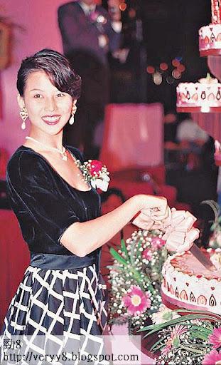 富豪關照 <br><br>選港姐入行的蔡少芬,在 18歲時舉行了一個百萬生日會,轟動娛圈,她更由沙田舊居搬到比華利山豪宅。外傳她得某富豪照顧,該富豪更代她還了蔡母近千萬賭債。