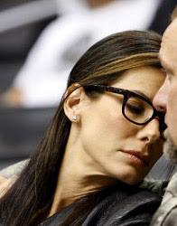 Sandra Bullock com óculos de grau