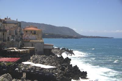 Sizilien - Cefalù - Blick auf Restaurants, die fast im Meer stehen.