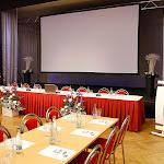 Detail na stůl pro řečníky umístěný pod pódiem