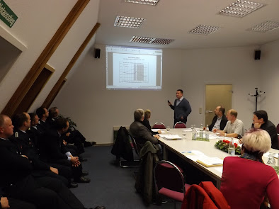 Amtsdirektor Frank Gotzmann bei den Erläuterungen zum Haushalt 2012/2013 (Bild A.M.)