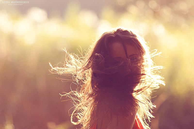 Портретная фотосессия. Солнце, девушка, движение. Фотограф Катрин Белоцерковская.