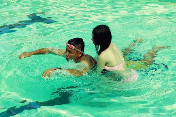 Khanh My dien bikini boc lua tap boi cho Duc Thinh 3