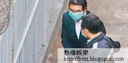 楊家誠(左)早上由荔枝角收押所被押往法院接受判刑,期間雙手被扣上手銬。(陳德賢攝)