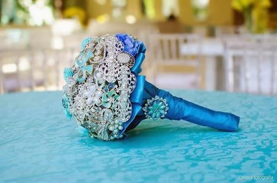 Buquê de broches com detalhes em azul