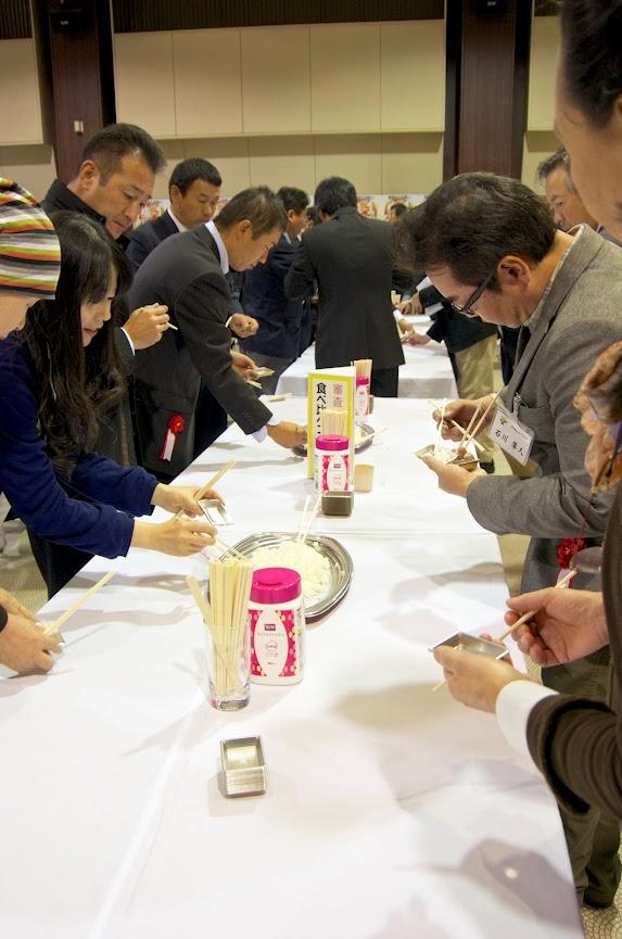 第4回米-1グランプリ決勝大会・出品者・観客も舞台の審査員と同じお米を試食します