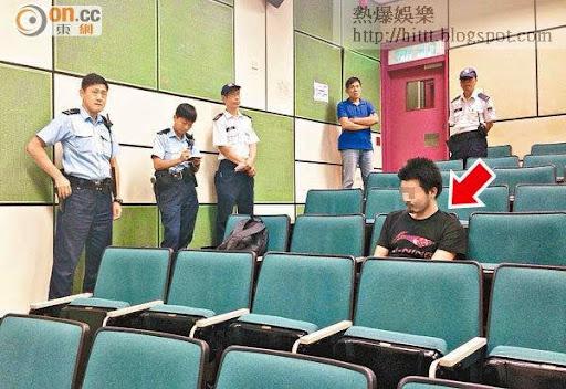 港大一名外籍講師校內授課期間,遭一名闖入課室的內地男子(箭嘴示)襲擊。(讀者提供)
