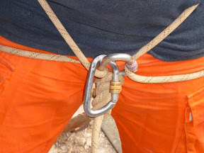 Klettergurt Seil Befestigen : Abseil montage ohne spezielle bergsteige ausrüstung improvisierte