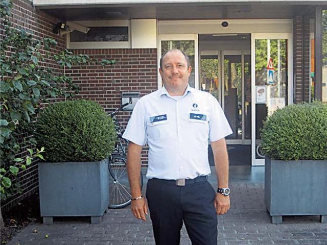 Commissaris Jan Devaere voor de Izegemse politiepost.
