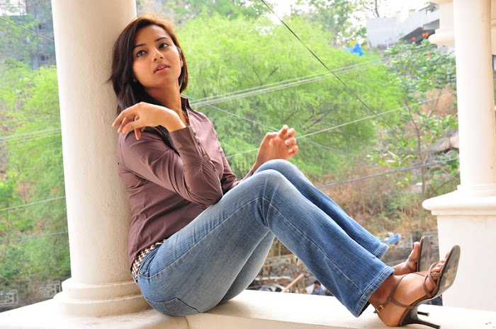 isha chawla new in damn tight jeanst-shirt hot images