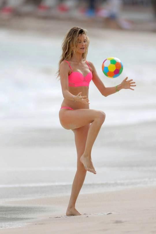 Thiên thần Behati Prinsloo trổ tài chơi bóng tại Caribbean