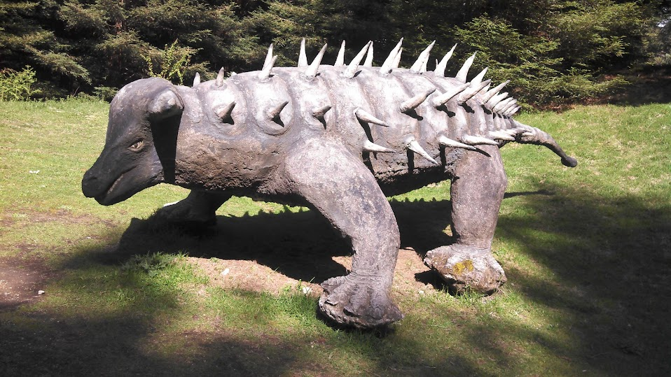 Sculptures along the way of the scenic track: say hi to some dinosaurs when luging down the mountain!