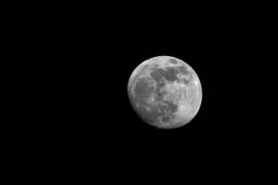 IMAGE: https://lh5.googleusercontent.com/-3icxQOCQr3g/TweVItp_HLI/AAAAAAAAFRM/mWlmnLiBBcE/s912/2012-01-06-Moon-EF100-400_MG_0088.jpg