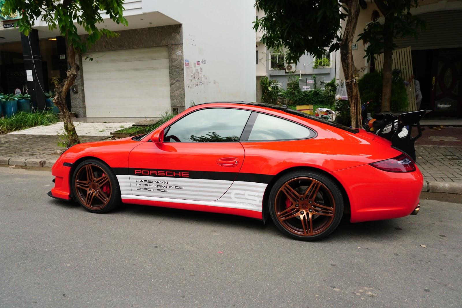 Chiếc Porsche 911 Carrera S đỏ này rất siêng ra đường hàng ngày tại Phú Mỹ Hưng