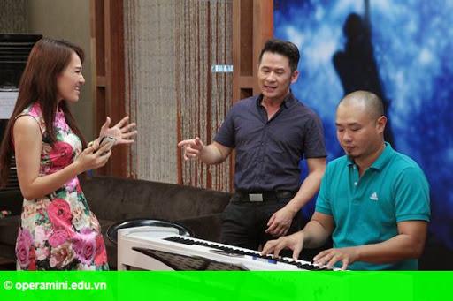 Hình 2:                         Bằng Kiều chấm thi vòng loại Vietnam Idol