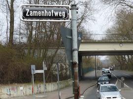 Staßenschild »Zamenhofweg« noch ohne Information.
