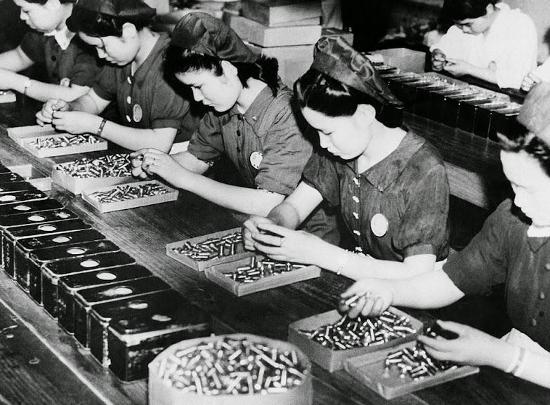 Japonesas procurando eventuais falhas em munições, ca. 1941. Fotografia: AP Photo.