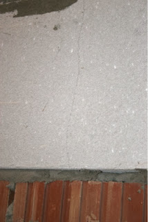 Как самому заделать трещины в полу