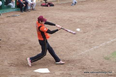 Mizael Ayala bateando en el softbol dominical