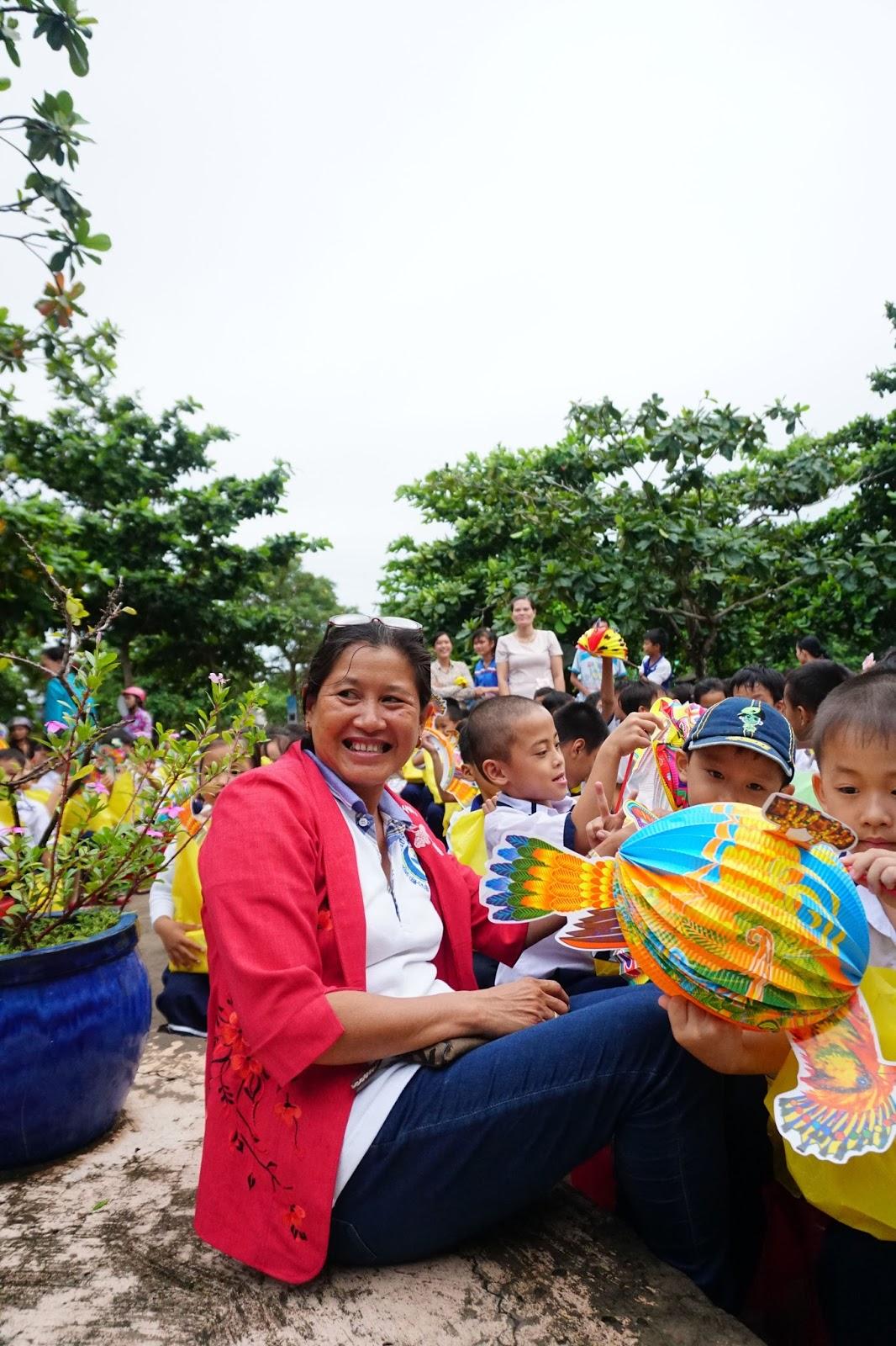 Một cô trong hội từ thiện cùng tổ chức chương trình Trung Thu cho các cháu