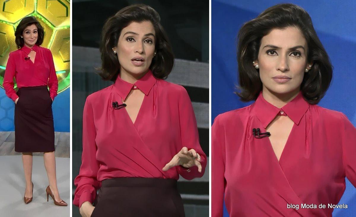 moda do programa Fantástico - look da Renata Vasconcellos com camisa rosa de colarinho fechado e decote aberto dia 6 de julho