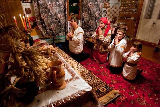 Família Hutsul está a resar antes de Ceia do Natal