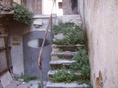 S.Eraclio:Ingresso Molino Viola con erbacce