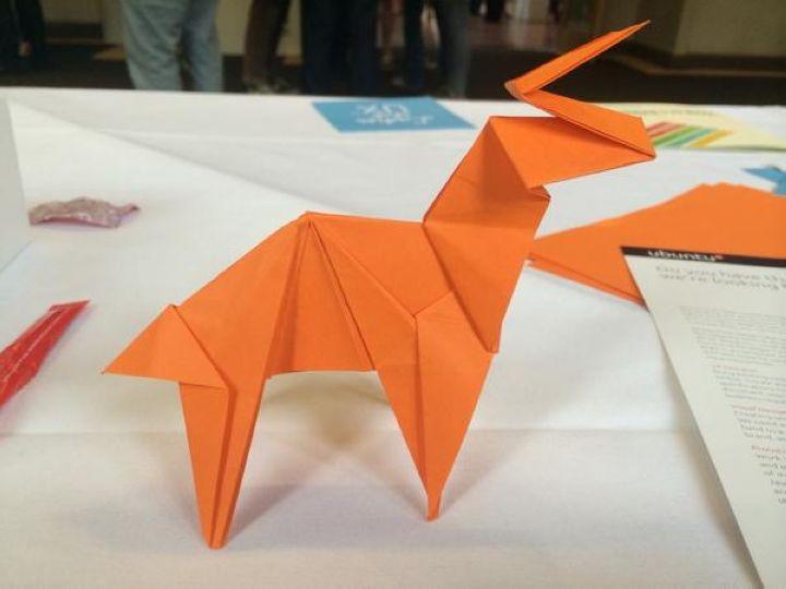 Origami del logo Ubuntu 14.10 Utopic Unicorn