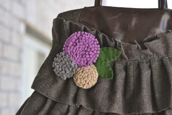 Bolsa decorada com flor de feltro