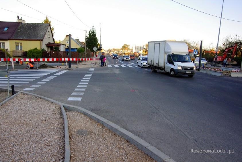 Ciekawe, że droga dla rowerów tuż przed przejazdem zaczyna się zwężać. Projektanci rozszerzaja jezdnie, ale rowerzystom nie daje się komfortu bezpiecznego wjazdu na skrzyżowanie.