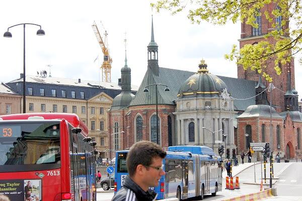 Karolinska gravkoret i vitt närmast, Gustavianska koret till höger. OBS takvandrarna på gamla riksdagshuset.