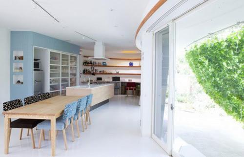 Phòng ăn và phòng bếp được thiết kế chung trong cùng một không gian