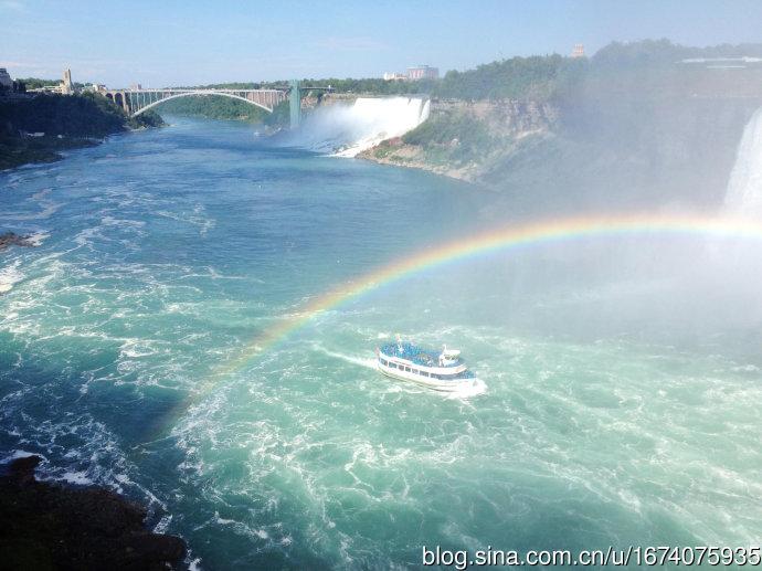 彩虹下的观光船