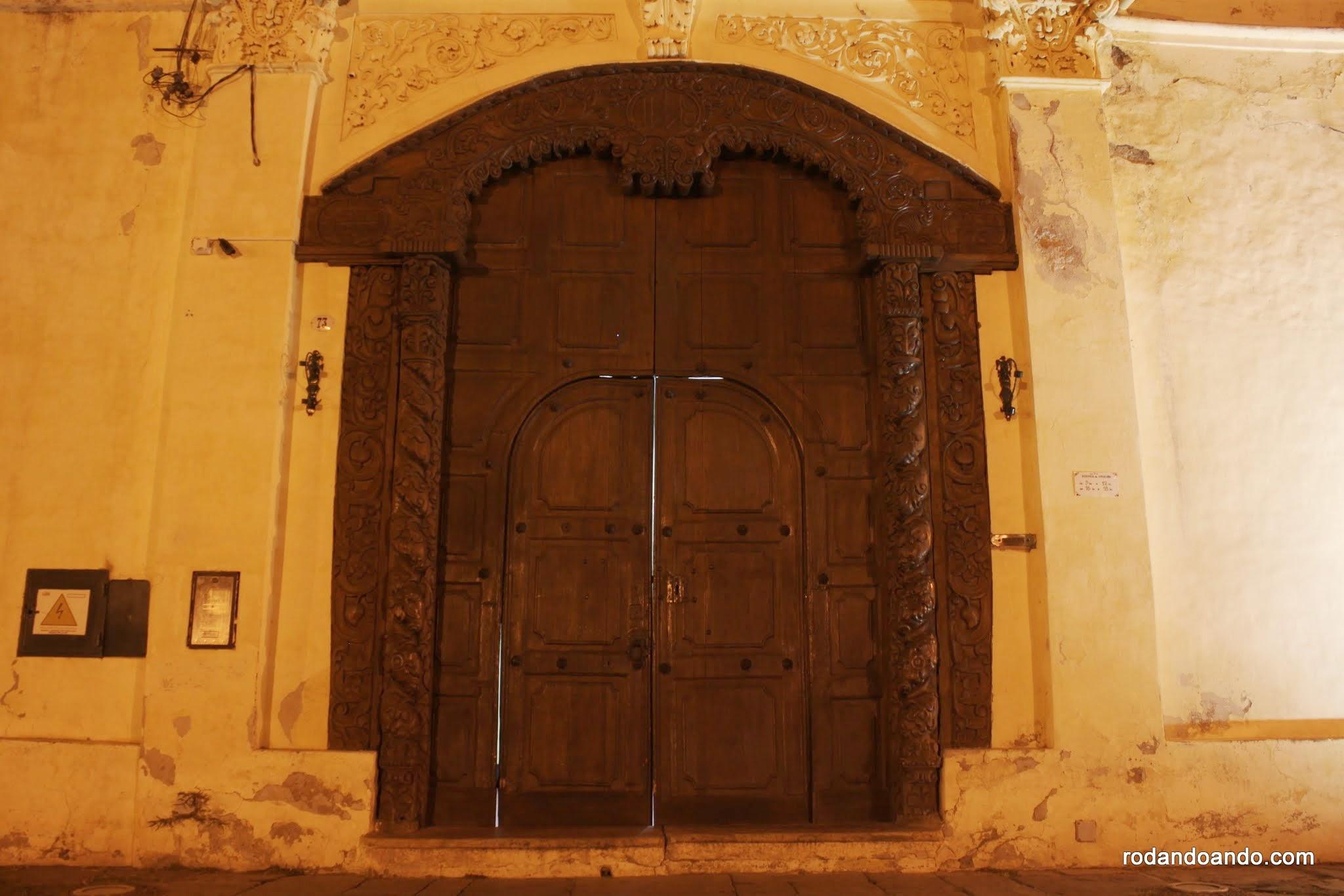 Puerta tallada en madera dura