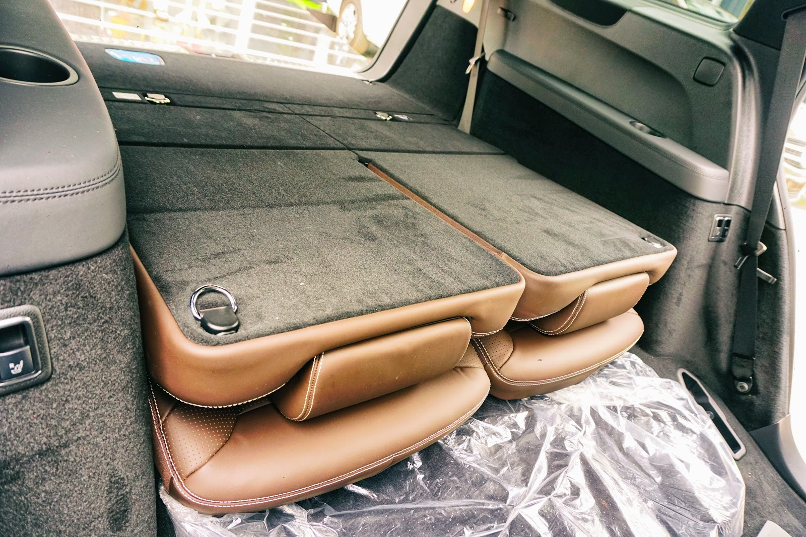 Hàng ghế có thể hạ phẳng, giúp không gian chứa đồ lớn nhất có thể