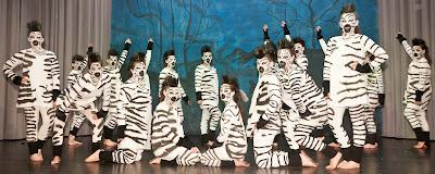Jungzigeuner und Jazztanzgruppe sprangen als Zebras auf der Bühne.