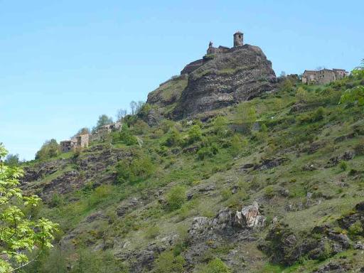 Vue vers le château de Saint-Ilpize
